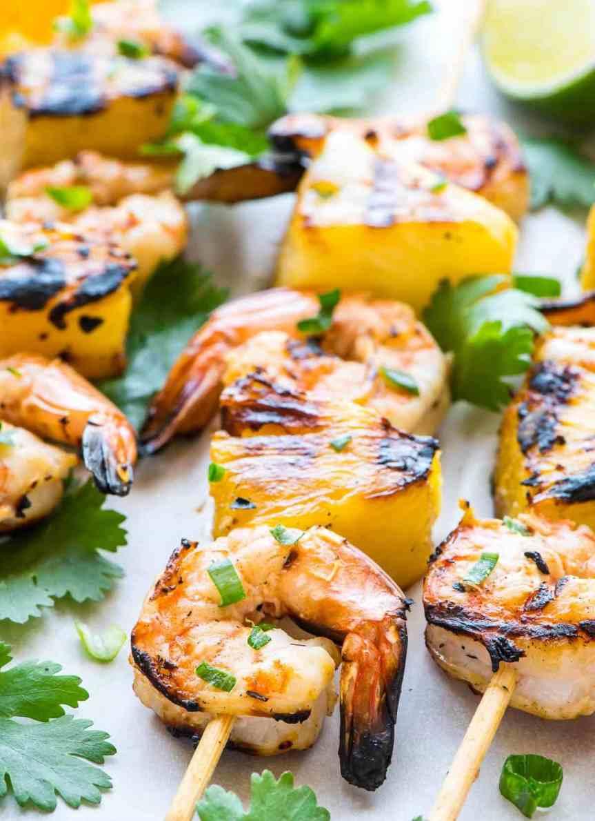 Espetinhos de camarão com abacaxi e leite decoco